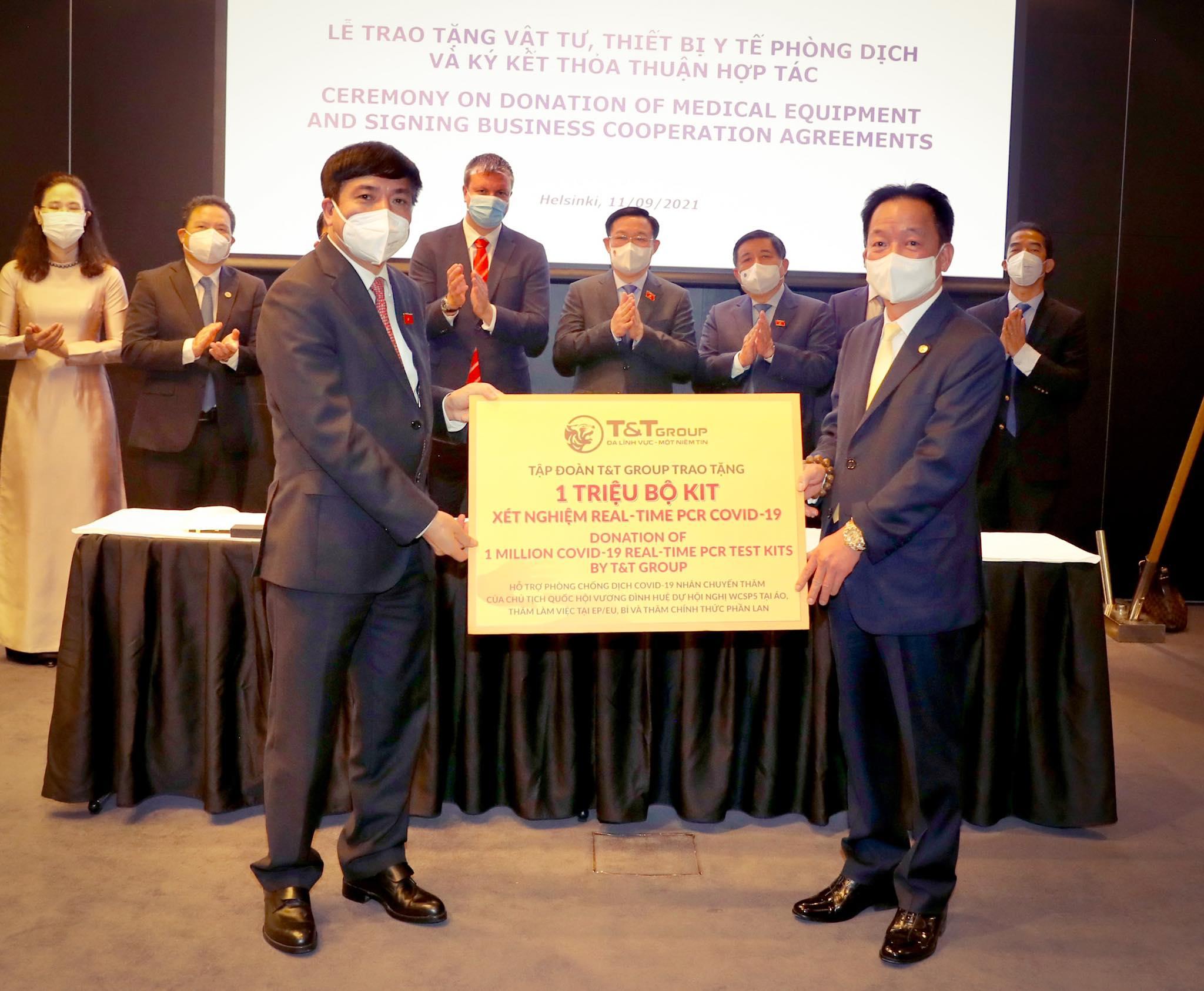 Ông Đỗ Quang Hiển, Chủ tịch Tập đoàn T&T trao tặng 1 triệu bộ Kit xét nghiệm nhân chuyến thăm và làm việc của Chủ tịch Quốc hội Vương Đình Huệ tại EU, Bỉ và thăm chính thức Phần Lan.