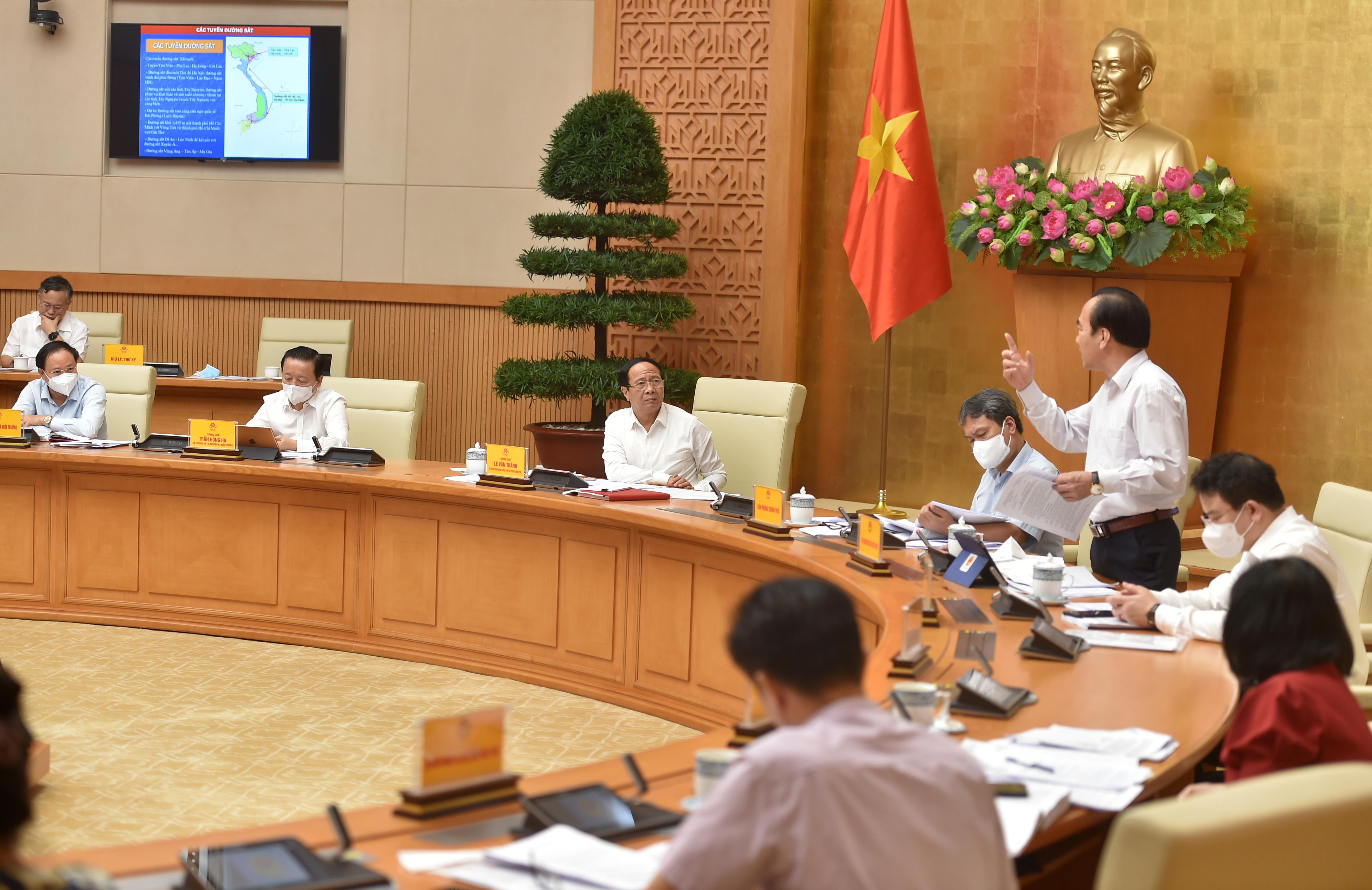Phó Chủ tịch Ủy ban Trung ương MTTQ Việt Nam Ngô Sách Thực phát biểu góp ý đối với quy hoạch sử dụng đất. Ảnh VGP/Đức Tuân