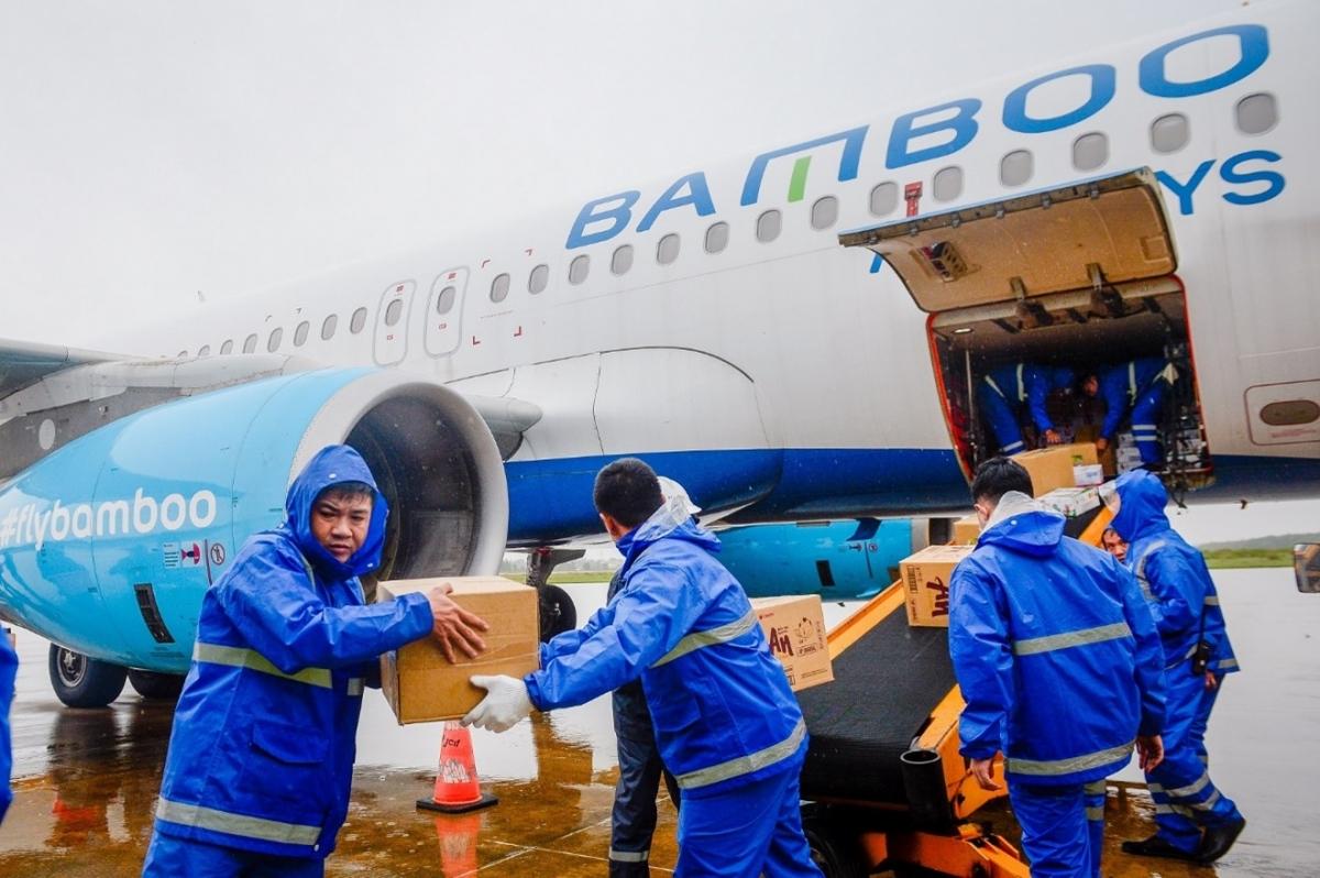 Năm 2020, Bamboo Airways đã vận chuyển miễn cước hàng hoá y tế, nhu yếu phẩm đến các điểm nóng về thiên tai tại Việt Nam